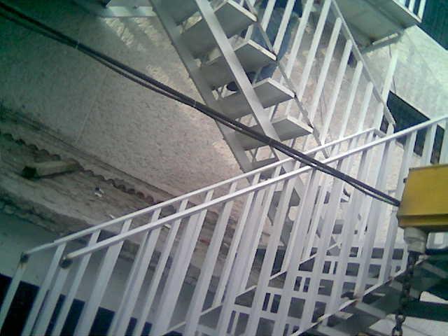 Escalera recta con escalones de concreto hsp720 herreria for Escalones de cemento para escaleras