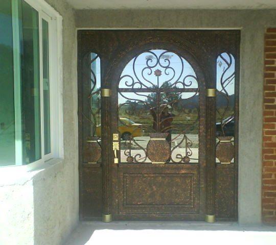 Puerta de dise o con jarr n y flores en forja hsp58 for Puertas de forja con vidrio
