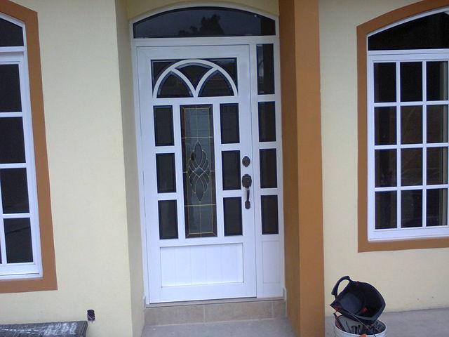 Puerta monumental s 1400 con vitral herreria y aluminio for Puertas de madera con herreria