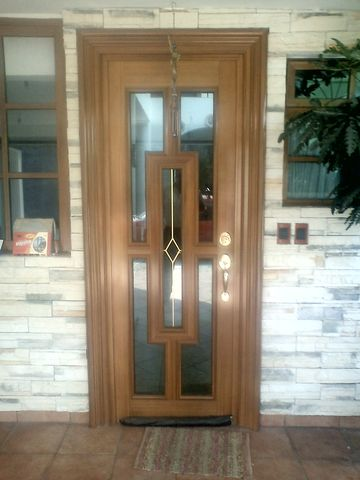 Puerta de aluminio eurovent imitaci n madera herreria y - Puertas de aluminio color madera ...