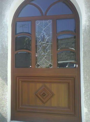 Puerta linea espa ola 1400 con vitral herreria y for Puertas de madera con herreria